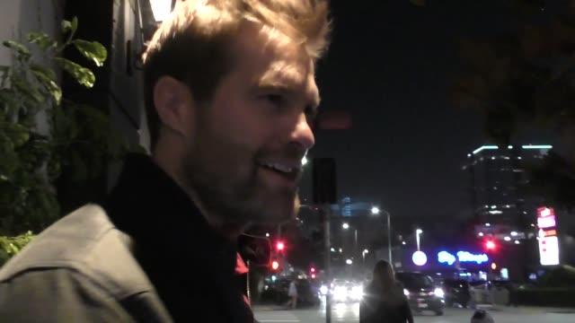 geoff stults outside tao restaurant in hollywood in celebrity sightings in los angeles, - ジェフ スタルツ点の映像素材/bロール