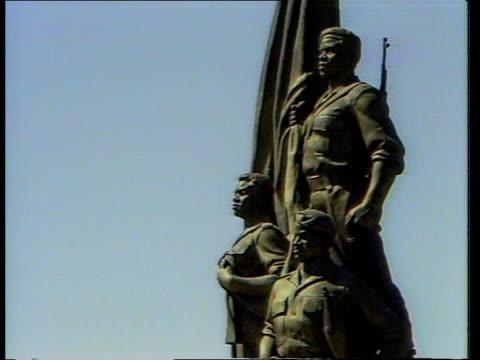 stockvideo's en b-roll-footage met bzimbabwe harare heroes acre monument men working on the monument sir geoffrey howe meeting robert mugabe zimbabwe president howe and mugabe chatting... - geoffrey howe