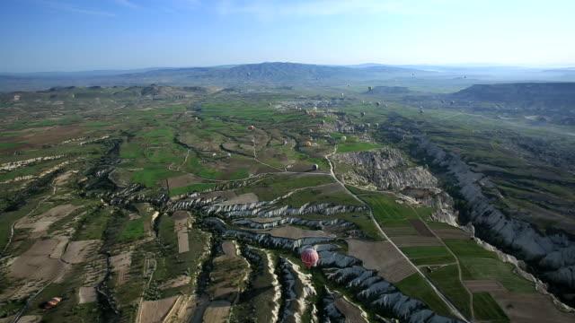 vídeos de stock, filmes e b-roll de geological features from above, cappadocia, turkey - festa do balão de ar quente