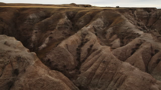 geological formations in badlands national park pan right - badlands national park video stock e b–roll