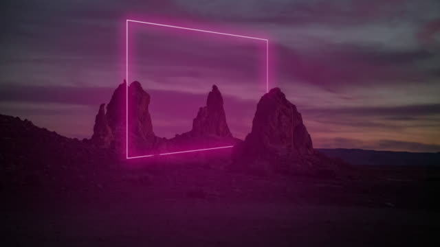 vídeos de stock e filmes b-roll de geometric neon light installation glowing at dusk in a remote location in the california desert. - pináculo formação rochosa