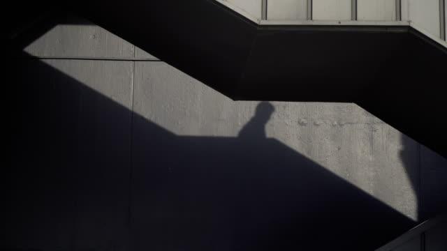 ガラタ橋の階段と人間の幾何学的影 - 影のみ点の映像素材/bロール