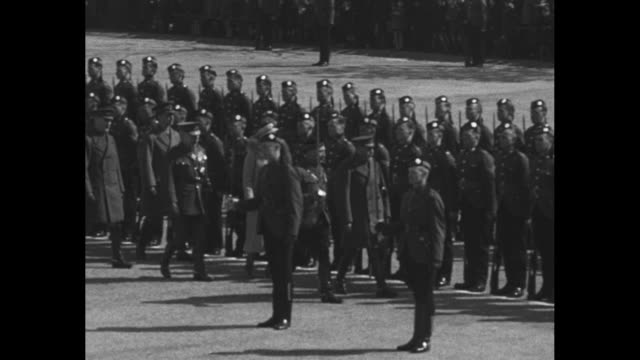 vidéos et rushes de george accompanied by officers and sister louise princess royal walks along front of formation of soldiers royal scots regiment inspecting them /... - baïonnette