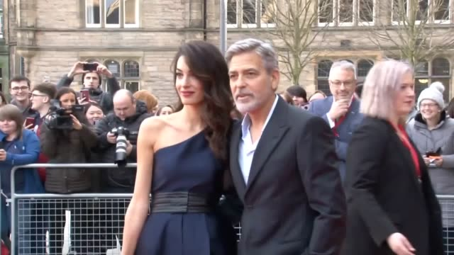 george and amal clooney have arrived in edinburgh to attend a charity event. the actor and film-maker has returned to the scottish capital with his... - ジョージ・クルーニー点の映像素材/bロール