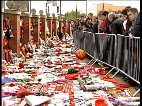 george best tributes at football matches around the uk manchester old trafford statue of sir matt busby pull out manchester united scarves tied on... - neckwear stock videos and b-roll footage