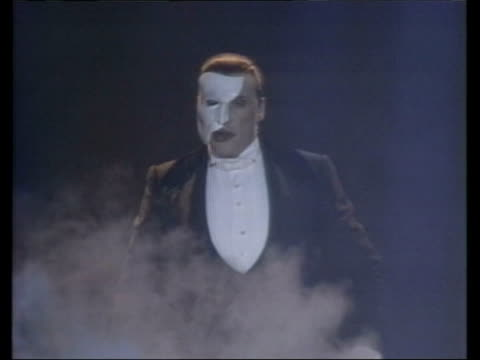 "george bush inauguration today; tgv smoke clouds on stage as announcer sof ""mr michael crawford as 'the phantom of the opera"" seq michael crawford... - michael crawford点の映像素材/bロール"