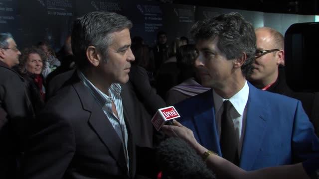 vídeos de stock, filmes e b-roll de george clooney alexander payne at the the descendants gala premiere 55th bfi london film festival at london england - alexander payne