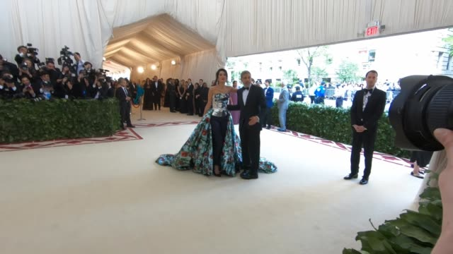 george clooney, amal clooney at heavenly bodies: fashion & the catholic imagination costume institute gala - alternative views at the metropolitan... - ジョージ・クルーニー点の映像素材/bロール