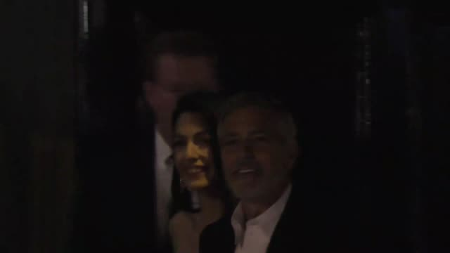 george clooney & amal clooney outside craig's restaurant in west hollywood in celebrity sightings in los angeles, - ジョージ・クルーニー点の映像素材/bロール