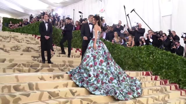 george clooney and amal clooney at heavenly bodies: fashion & the catholic imagination costume institute gala - alternative views at the metropolitan... - ジョージ・クルーニー点の映像素材/bロール