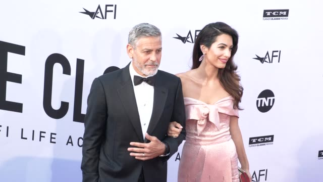 george clooney and amal clooney at the american film institute honors george clooney with 46th afi life achievement award at dolby theatre on june... - ジョージ・クルーニー点の映像素材/bロール