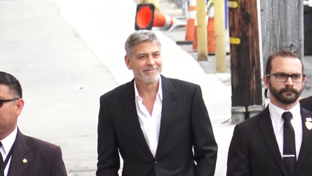 george clooney arrives at jimmy kimmel live at el capitan theatre in hollywood in celebrity sightings in los angeles, - ジョージ・クルーニー点の映像素材/bロール