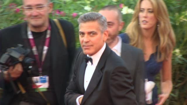 vídeos de stock, filmes e b-roll de george clooney at opening ceremony/'gravity' red carpet on august 27, 2013 in venice, italy. - george clooney