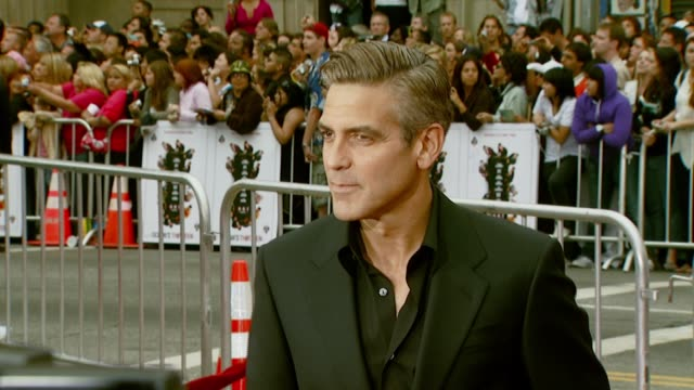 george clooney at the 'ocean's thirteen' north american premiere at grauman's chinese theatre in hollywood, california on june 5, 2007. - ジョージ・クルーニー点の映像素材/bロール