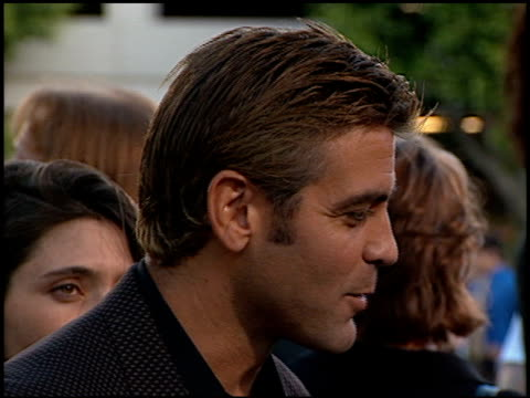 george clooney at the 'out of sight' premiere at universal studios in universal city, california on june 17, 1998. - ジョージ・クルーニー点の映像素材/bロール