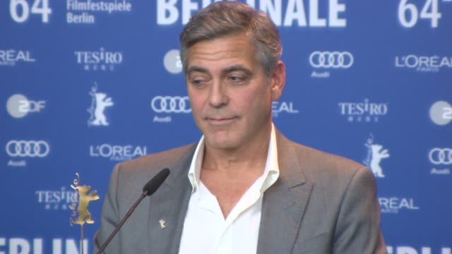 vídeos de stock, filmes e b-roll de george clooney being asked why he's an erotic fantasy for many women and men, when he read the book at 'the monument men' press conference at grand... - jean dujardin