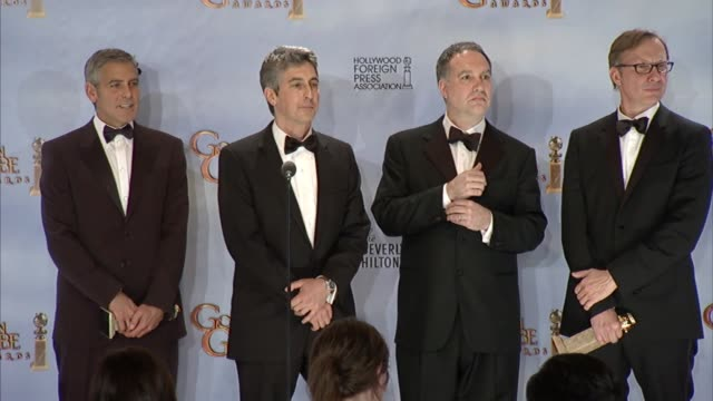vídeos de stock, filmes e b-roll de george clooney jim taylor alexander payne and jim burke on adopting rescue dogs at 69th annual golden globe awards press room on 1/15/2012 in beverly... - alexander payne