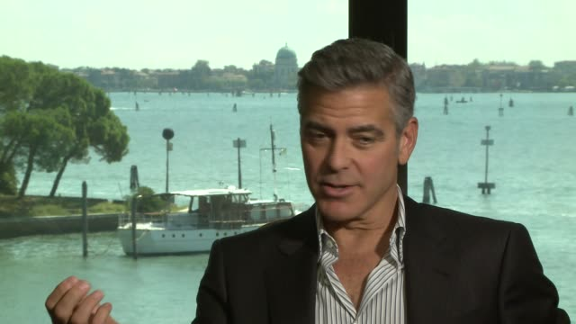 vídeos de stock, filmes e b-roll de george clooney on the appeal of 'gravity' at 'gravity' interview on august 29, 2013 in venice, italy. - george clooney