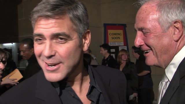 vídeos de stock, filmes e b-roll de george clooney on the death of his pet pig, working with director steven soderbergh again, on never having thought that he could have shot a scene... - george clooney