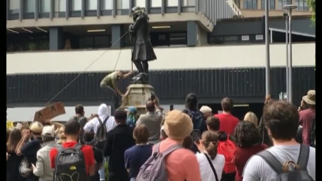 vídeos de stock e filmes b-roll de george floyd / black lives matter protests toppling of statue of edward colston raises questions over the purpose of statues england bristol ext man... - estátua