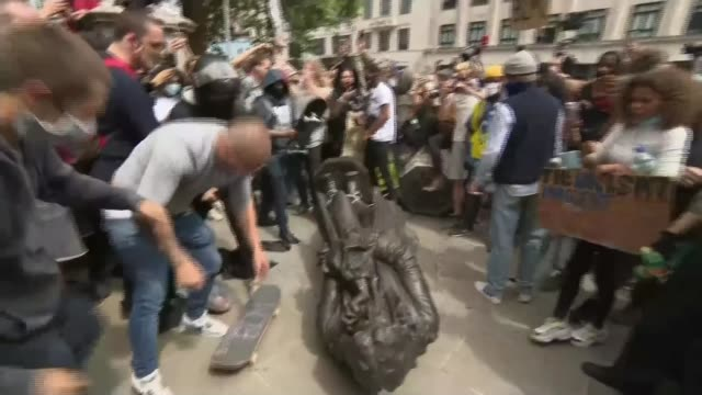 vídeos de stock e filmes b-roll de george floyd / black lives matter protests toppling of statue of edward colston raises questions over the purpose of statues england bristol ext... - estátua
