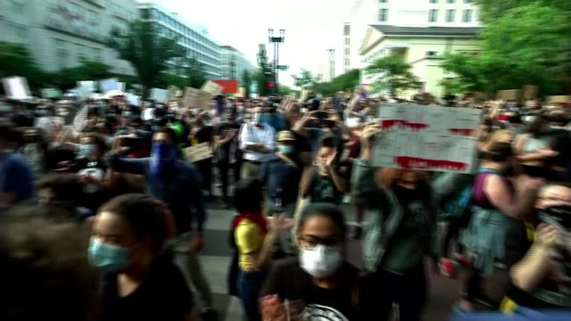 stockvideo's en b-roll-footage met three more police officers to be charged as protests continue usa washington dc black lives matter protesters marching and gathered by white house... - chanten