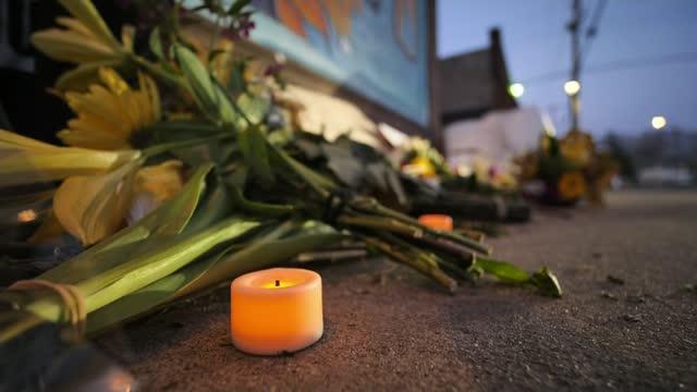 stockvideo's en b-roll-footage met derek chauvin found guilty of murder; usa: minnesota: minneapolis: ext / night general views of candles lit at memorial to george floyd vox pops sot... - gedenkteken