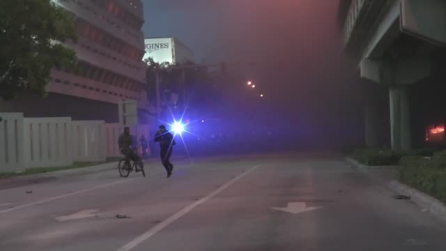 george floyd protest turns into acts of looting and a strong police presences in miami, florida on saturday may 30, 2020. as the sun set on downtown... - tear gas stock videos & royalty-free footage