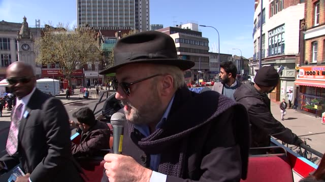 vidéos et rushes de george galloway campaigining and interview; **music heard sot** george galloway on open top bus with others george galloway with microphone... - équipement audiovisuel