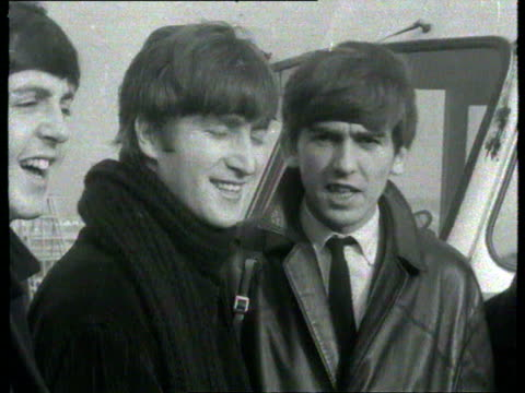 vídeos de stock e filmes b-roll de george harrison john lennon paul mccartney and ringo starr at airport / ms pan the beatles waving before climbing steps into bea plane bound for... - the beatles