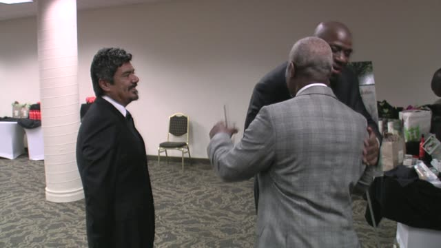 george lopez and magic johnson at the 29th annual the gift of life gala at the hyatt regency century plaza hotel in beverly hills, california on may... - マジック・ジョンソン点の映像素材/bロール