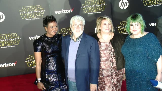 vídeos de stock, filmes e b-roll de george lucas and mellody hobson at the star wars the force awakens world premiere at tcl chinese theatre on december 14 2015 in hollywood california - george lucas