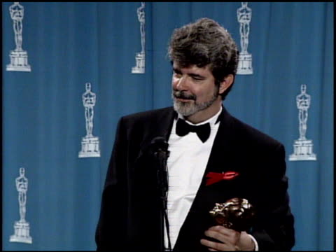 vídeos de stock, filmes e b-roll de george lucas at the 1992 academy awards at dorothy chandler pavilion in los angeles california on march 30 1992 - george lucas