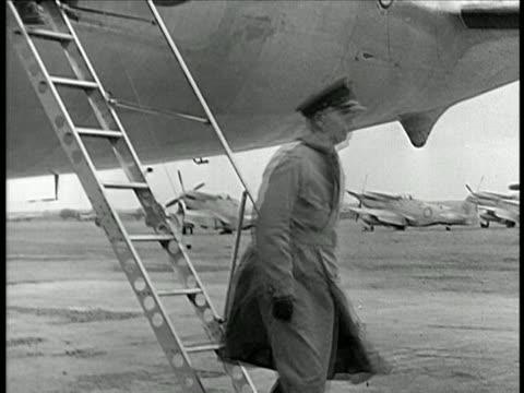 george marshall walking down stairs of airplane saluting / china / documentary - 搭乗者点の映像素材/bロール