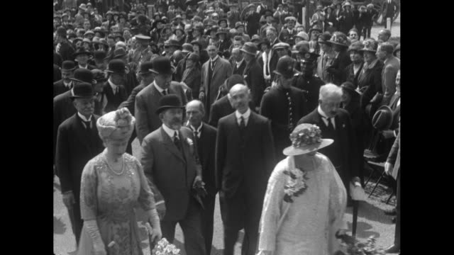 george v and queen mary along with ferdinand i and queen marie of romania and their entourage at the british empire exhibition get onboard a... - famiglia reale video stock e b–roll