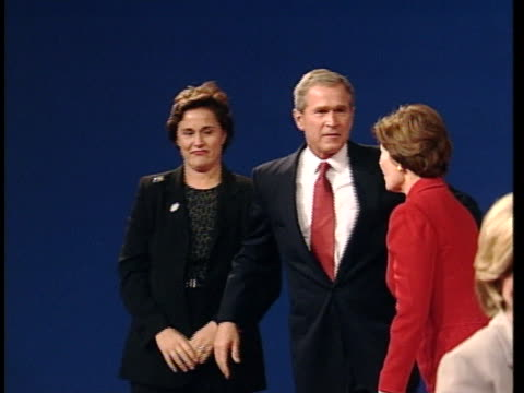 george w. bush and al gore, candidates in the 2000 us presidential election, hug their wives at the conclusion of the second debate, held in boston. - 副代表点の映像素材/bロール