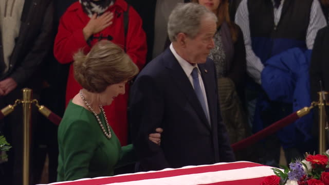 george w. bush and laura bush paying their respects to former president george h.w. bush in the united states capitol rotunda on december 4, 2018. - 正装安置点の映像素材/bロール