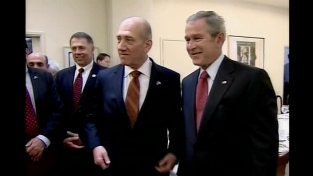 vidéos et rushes de george w bush calls for end of 'israeli occupation' of west bank ehud olmert posing for photocall with bush - israël