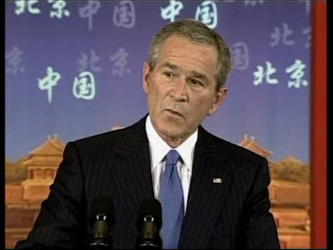 stockvideo's en b-roll-footage met george w bush visit; int lms george w bush to podium at press conference george w bush listens to question from journalist who says he appeared to be... - verschijning