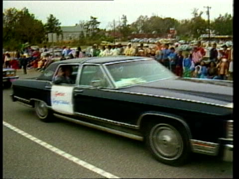 stockvideo's en b-roll-footage met george wallace campaigns for unprecedented fourth term itn alabama dothan girls in gone with the wind costumes parade gv parade towards ms onlookers... - gouverneur