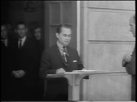 vídeos de stock e filmes b-roll de george wallace speaking at podium / blocking black students from entering u of alabama - 1963