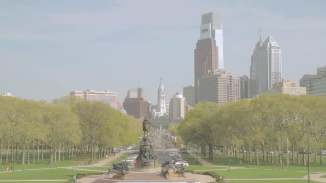 ha george washington monument, ben franklin parkway, and city hall, with city skyline beyond / philadelphia, pennsylvania, united states - philadelphia pennsylvania stock-videos und b-roll-filmmaterial