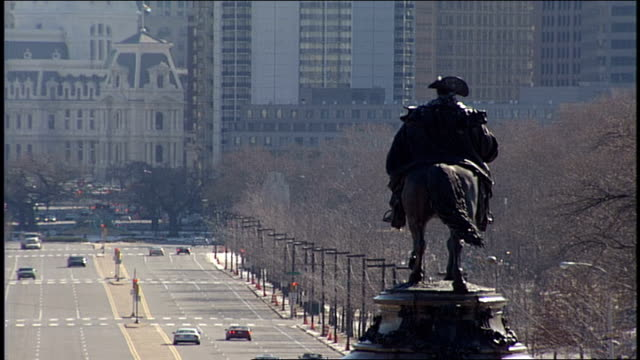 george washington on horse statue and benjamin franklin parkway in philadelphia pa - rathaus von philadelphia stock-videos und b-roll-filmmaterial
