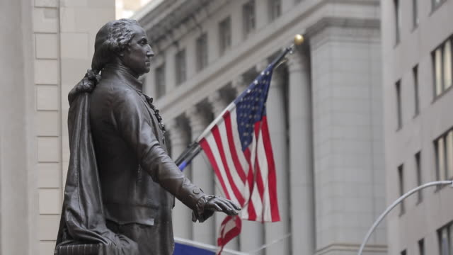 vídeos de stock e filmes b-roll de george washington statue at federal hall, manhattan, new york city, new york, usa, north america - george washington