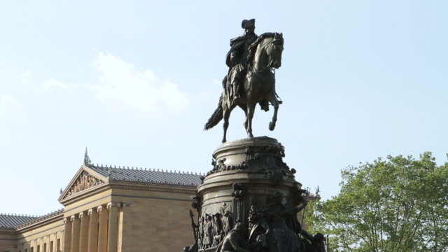 ms george washington statue at philadelphia art museum / philladelphia, pa, usa   - demokratie stock-videos und b-roll-filmmaterial
