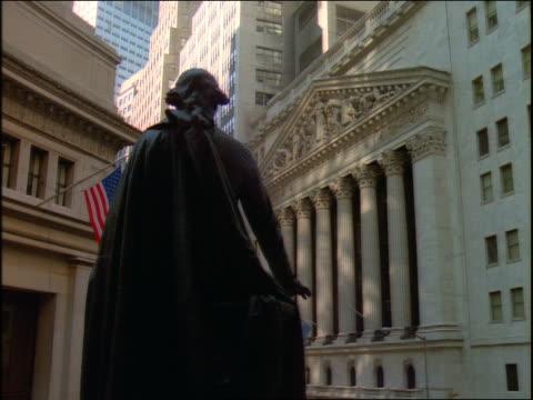 vídeos de stock, filmes e b-roll de george washington statue facing stock exchange building / nyc - figura masculina