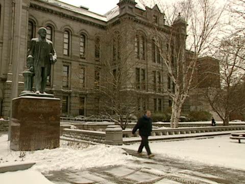 george washington statue in front of erie county hall building, unidentifiable pedestrians walking in front of building. high victorian gothic, court... - utsmyckad bildbanksvideor och videomaterial från bakom kulisserna
