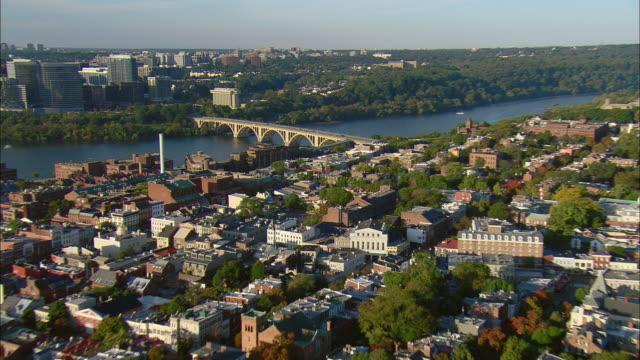 vidéos et rushes de aerial georgetown, key bridge on potomac river and residential condos, washington d.c., usa - georgetown washington dc