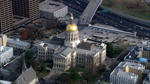 georgia state capitol  - aerial view - georgia,  fulton county,  united states - georgia stati uniti meridionali video stock e b–roll