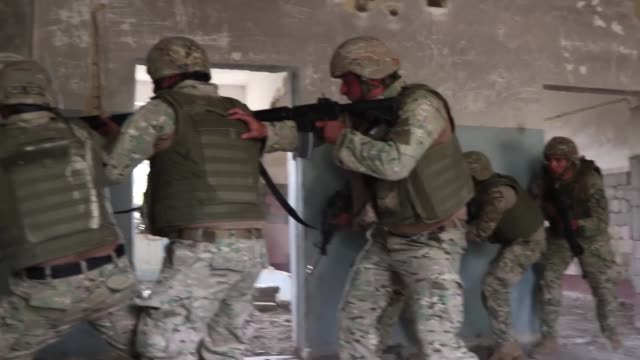 vídeos de stock e filmes b-roll de georgian military police conduct quick reaction force training with georgia army national guardsmen acting as the opposing force during exercise... - ir em frente